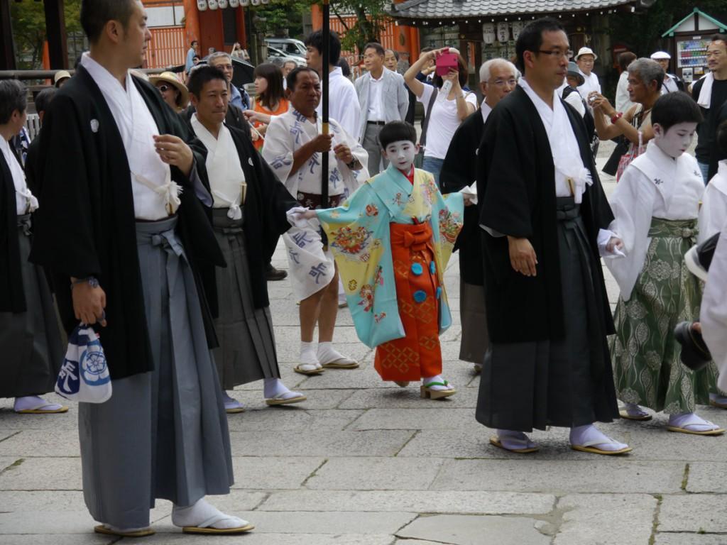 お千度の儀で本殿の回りを歩く長刀鉾の稚児