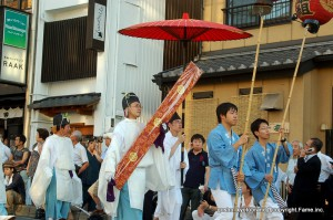 神幸祭神輿渡御を先導する神宝奉持列の先頭を行く勅板