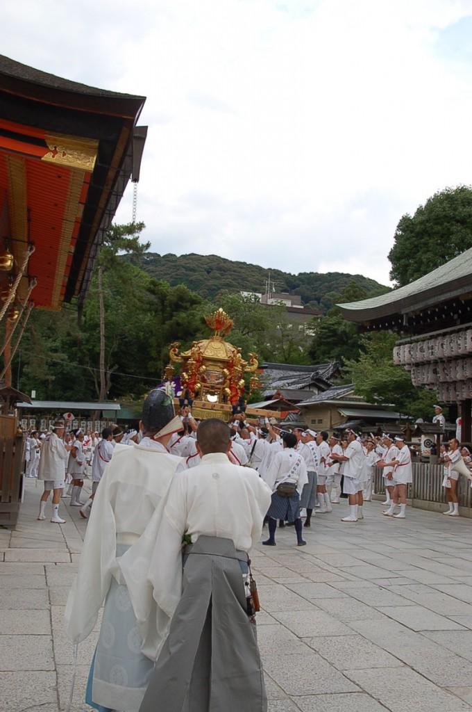 shinkosai_mikoshi-junbi_naka1