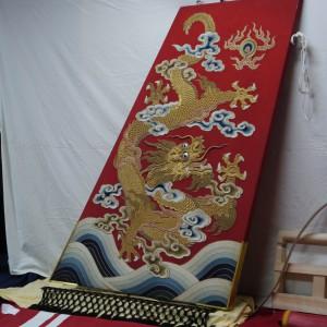 楫(かじ) 刺繍裂 渡来赤羅紗地 降り龍と波濤の図 木製本体に刺繍、表裏二面と背側の細巾マチ布の三枚。