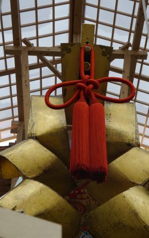 大金幣     文化11(1814)年に製作。縦2.3m・巾1.5m。和紙に金箔押しの巨大な金弊。隔年で南四条町が祭当番の年に使用され、北四条町が当番年のときは消失した龍頭を使用。現在では、大船鉾の象徴。