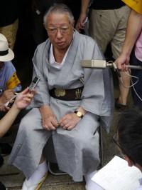 巡行が終わり、報道陣のインタビューを受ける保存会理事長松居米三さん