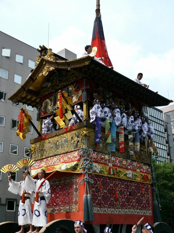 御神体の観音像は楊柳観音座像と、合掌して金剛杵を捧げている韋駄天立像。