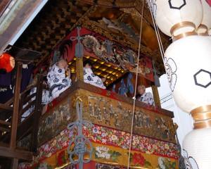 楊柳(ようりゅう)観音を祀る山で、会所の2階でその姿を望むことができる。鉾のような大きさ、懸想品、飾り天井の豪華さは、鉾に負けない。松が乗っているところから、分類は「山」。 大屋根の下には見事な鶴の彫刻があり、その下の天水引、前懸け、胴懸けなども豪華で美しい。