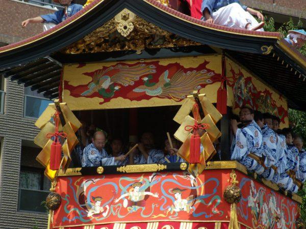 本尊の楊柳観音像(ようりゅうかんのんぞう)は、悠然と瞑想する鎌倉時代の座像。天明の大火で頭胸部だけが残り、童子像とともに江戸時代の木彫り彩色像。
