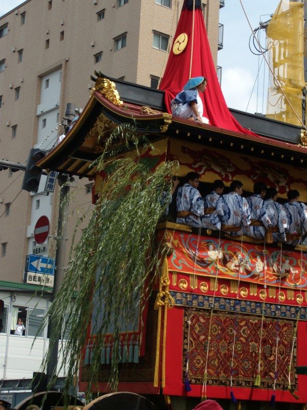 諸病を防ぐといわれて巡行には柳の大枝を差し、山の四隅には菊竹梅蘭の木彫り 薬玉(くすだま)をつける。